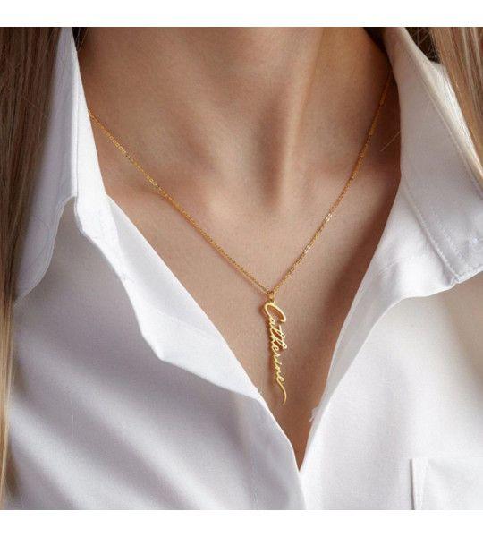 collier prénom en plaqué or 18 carats porté verticalement